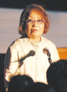 能「不知火」上演の際にあいさつする石牟礼道子さん(2004年、水俣市)
