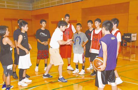 北は荒尾市、南は多良木町から練習に参加する選手たち。奈良コーチの指導にも熱心に耳を傾けます