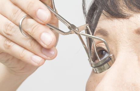 下まつげをカールさせるときは、視線は上向きで