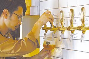 「店内ではフレッシュなビールを味わえます」とスタッフの連川裕隆さん。「マルベリー」(右)と「デコポンIPA」各648円