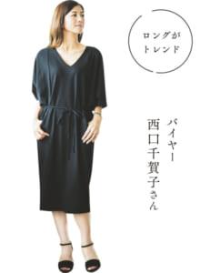ワンピース3万1320円(エイミークッシェル)、サンダル3万6720円(ファビオルスコーニ)