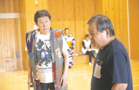脚本・主演・演出を務める浜畑賢吉さん(左)と劇団「石」の堀田清さん