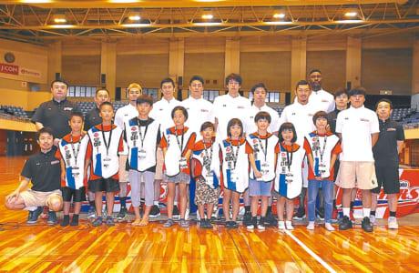 公開練習&新チーム発足記者会見では、9人の子ども記者(前列中央)も質問しました=7月16日