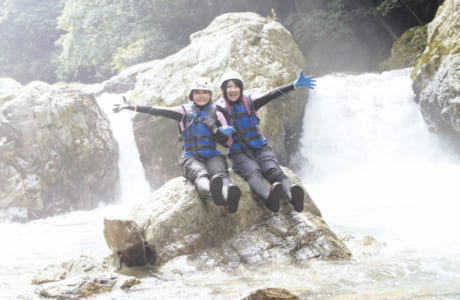 豪快に流れ落ちる滝の前で記念撮影もできる!