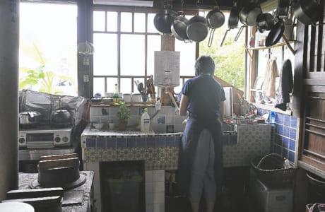 昔ながらの料理道具に囲まれた台所。かまどで薪がはじける音、ゴマをいる香りなど、五感を刺激します