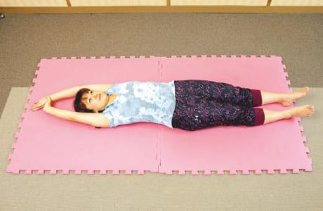 右手で左手の手首を握り、両足をそろえる。腕を頭の上に伸ばし、背伸びをする要領で全身をしっかり伸ばす。