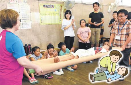 竹と毛布で応急担架を作成。正しく毛布を折れば、大人を運ぶこともできます