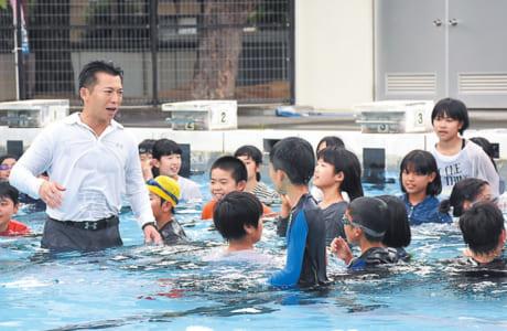 普段、着衣では入れないプールで初めは興奮気味の子どもたち。しかし、徐々に「動きにくい」「寒い」と着衣水泳の難しさを体感