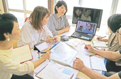 朝の始業連絡、編集会議などは、インターネットを使います。月1回の出勤日は、仲間とのコミュニケーションの場に!