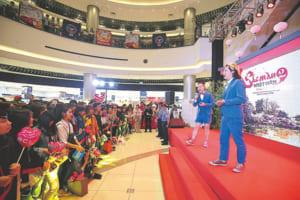 ベトナム・ハノイで行われたテレビ局のイベントでネタを披露(2017年2月)