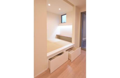LDKの一角にある畳スペース。造作の机や収納も便利そうです