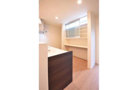 キッチン背面にある造作の食器棚。明るく清潔感にあふれています