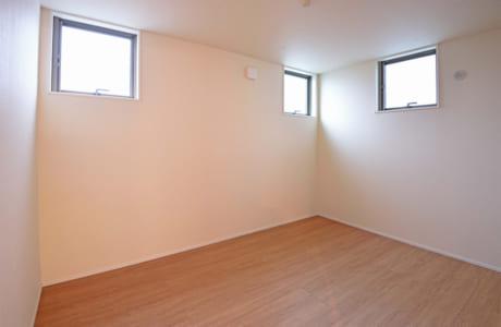 主寝室の窓は高い位置にあるため、カーテンを付けなくても外からの目が気になりません