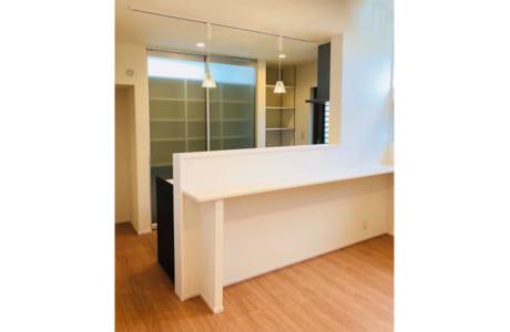 造作の食器棚を設置したキッチン。食器棚の一番上は採光用の窓になっています