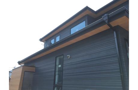 軒裏天井にも木材が施され、上質なイメージに。細部までこだわりが感じられます