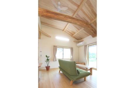 勾配天井を配したLDKの勾配天井。大きく曲った太鼓梁が目を引きます