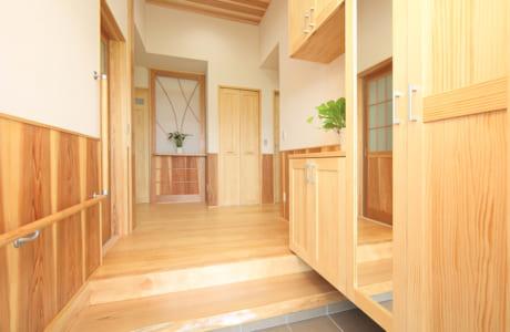 玄関の踏み台は、施主が以前暮らしていた家のものを再利用したとか
