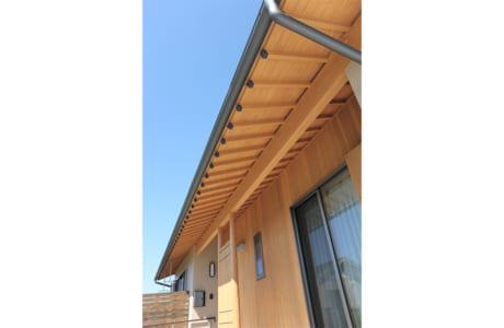 木材を使った軒裏天井もおしゃれ。細部までこだわりが感じられます