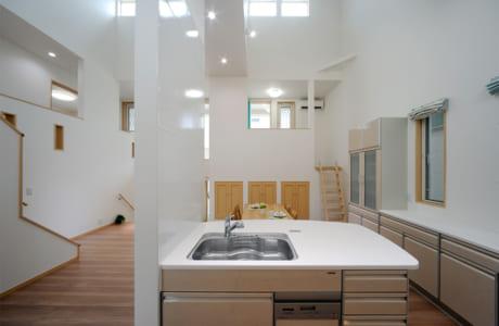 キッチンは汚れが付きにくく見た目もおしゃれな「タカラ」を使用。マグネットが付くなど、使い勝手の良さもポイント