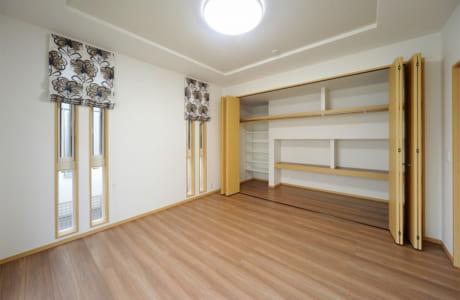 部屋のデッドスペースに作られた収納は、子どもが成長して物が増えることを考えての工夫