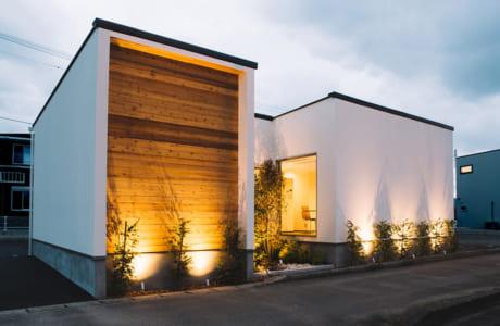 ホワイトが目を引く外壁にはアクセントとして木材を使用。時間が経つほど味わいが増します