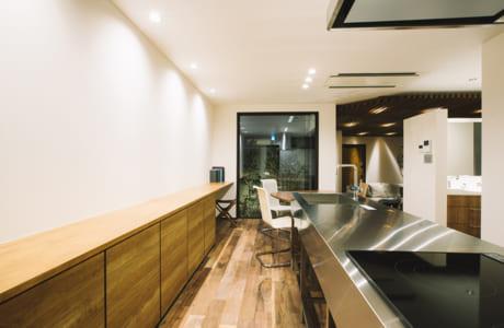 シンプルなアイランドキッチン。壁側の低い収納は全体のインテリアを邪魔しません