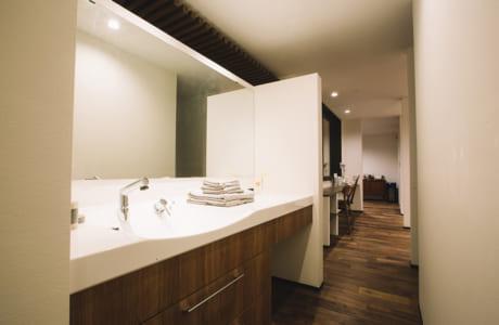 忙しい家族の朝を想定し、生活動線に沿った広い洗面所や水回りは快適