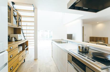 レンジフードを横付けし、オープンキッチン風に。好みの家電をそろえて統一感を出すのもおすすめ