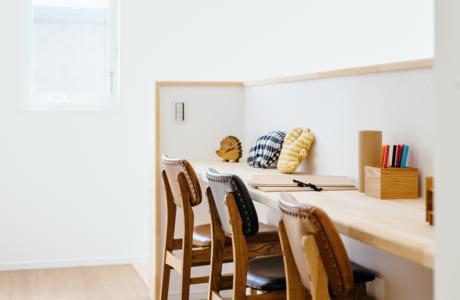 2階の階段横のスペースを上手に使い、カウンターと椅子を設置した「ステディコーナー」は子どもたちもお気に入り