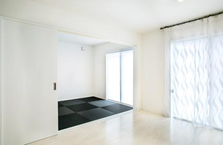 リビングと間仕切りを設けたことで個室としても利用できる和室