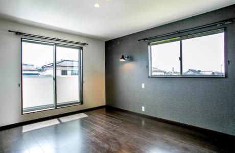 2階の主寝室はシックな雰囲気。ダーク色の壁や床が重厚さを感じさせます