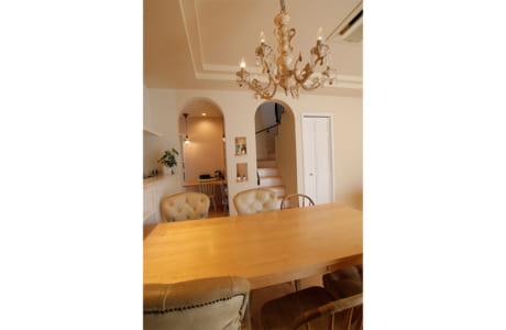 シャンデリアの照明器具がエレガントな雰囲気を演出。R(曲線)を取り入れた室内空間も注目