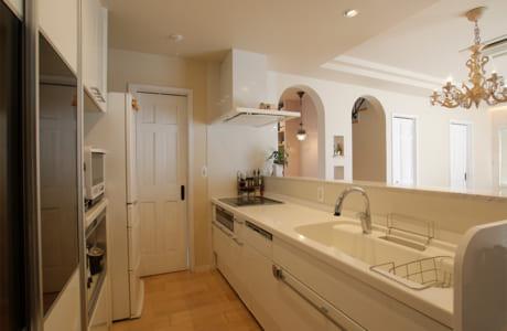 キッチン側面にはデザイナーがオリジナルでデザインした造作収納を設置
