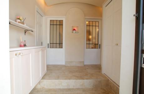 二世帯が利用する玄関には、靴箱とは別に、容量たっぷりの造作収納もプランニング