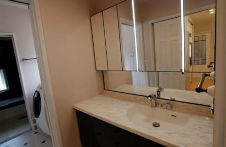 洗面台の鏡にはフェイスフルライトを提案。顔を左右から明るく照らします