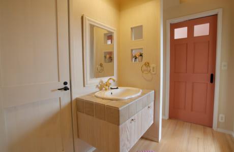 2階にある洗面台もオンリーワンで設計。ゴールドの水栓がキュートでゴージャス