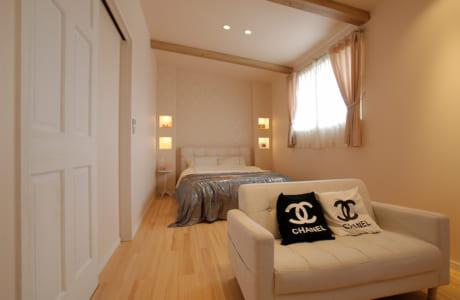 2階の主寝室。ベッドサイドのニッチが部屋のアクセントになっています