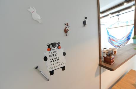キッチンの一部にマグネットがつく壁材を採用。メモなどを貼れるだけでなく、文字やイラストを直接書くことができ、お手入れも簡単です