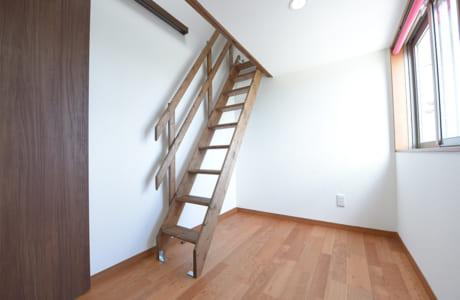 2階の部屋から、隠れ家を意識したロフトへと続く階段