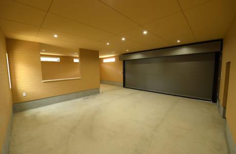 ガレージ付き住宅の内部。お父さんが趣味の車とバイクを楽しめる広々としたスペースです