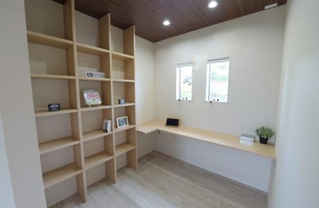 ウオークインクローゼット内に設けられたスペース。隠れ家的な空間で、忙しいお父さんやお母さんもゆっくり一人の時間を過ごせます