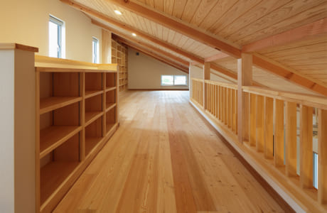 (施工例)書斎と収納を兼ね備えた2階スペース。風通しがよく明るい雰囲気