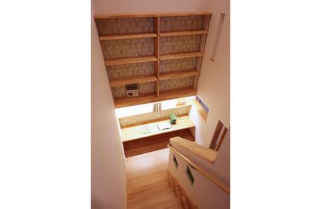 (施工例)階段の踊り場は家族共有のワークスペース。本棚も造作です