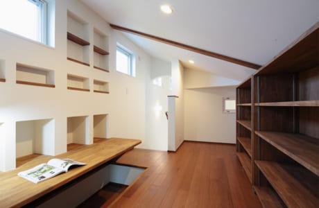 (施工例)1階に生活の場がそろう平屋スタイルの家。2階は書斎スペースになっています