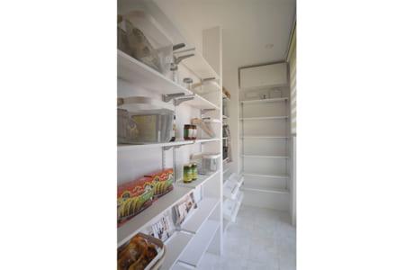 たっぷり収納できる1階のパントリー。家族や親せきが集まる食事会やパーティーにも備えられます