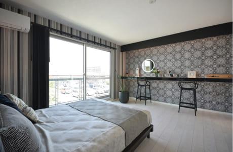 シックな雰囲気でまとめられた2階の寝室。壁側に設置されたバーカウンターは多目的で使えそう