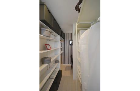 主寝室に併設された大容量のウオークインクローゼット。奥にある書斎は大人の隠れ家のよう