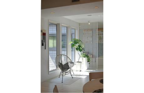 明るい日差しが差し込む2階のサンルーム。洗濯物の室内干しにも活躍します