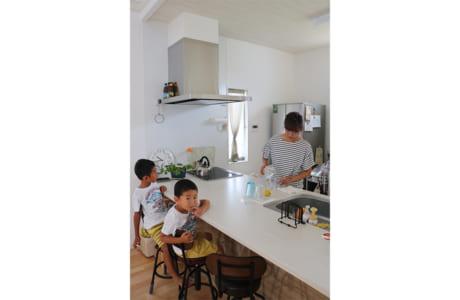 対面カウンターのキッチン。以前より家族の会話が増えたとか
