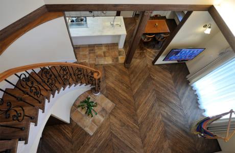 ヘリンボーン張りのおしゃれな床。ヒノキの無垢(むく)材が使用されています